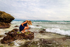 Дама на утесах на побережье, острове Boracay, Филиппинах Стоковое фото RF