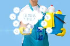 Дама показывая передвижные уборки применения стоковые изображения