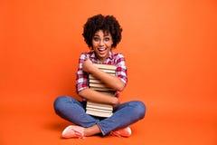 Дама полного фото тела милая курчавая красивая сидит книги рук владением пола свободное время ждет checkered спецификаций носки ч стоковое фото rf