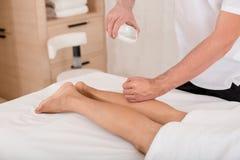 Дама получая массаж на курорте стоковое фото rf