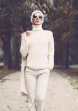 Дама портрета стильная в белых блестящих одеждах стоковые изображения rf