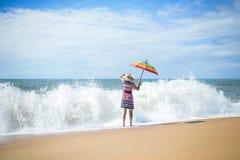 Дама под красочным зонтиком смотря вне для Стоковые Фото