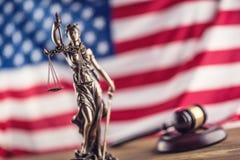 Дама Правосудие и американский флаг Символ закона и правосудия с u стоковое изображение