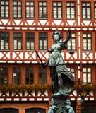 Дама Правосудие Статуя в Франкфурте Германии стоковое фото