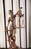 Дама правосудия, молотка и книг деревянных & золота Стоковое Изображение RF