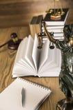 Дама правосудия, молотка и книг деревянных & золота Стоковые Фотографии RF