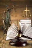 Дама правосудия, молотка и книг деревянных & золота Стоковая Фотография