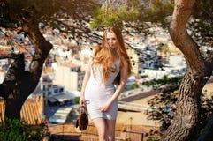 Дама представляя около сосны, городка Европы на предпосылке Стоковые Фотографии RF