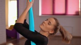 Дама прямо ее назад мышцы используя гамак акции видеоматериалы