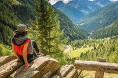 Дама путешественника молодая стоя na górze взгляда горы и долины enjoyng Долина равина, альт Адидже Trentino, Италия Стоковое фото RF
