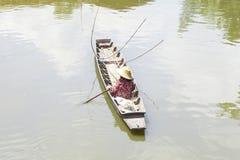 Дама рыболова плавает шлюпка Стоковая Фотография