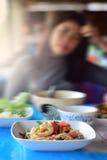 Дама Сидеть и Tableware салата папапайи взгляда Стоковые Фото
