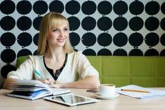 Дама сидя на кафе во время перерыва на чашку кофе стоковые изображения
