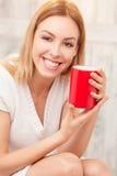 Дама с чашкой чаю внутри помещения Стоковая Фотография RF