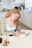 Дама читает интересную книгу Стоковые Изображения RF