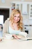 Дама читает интересную книгу Стоковое Фото