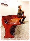 Дама DW сидя на конце стенда Стоковые Фото