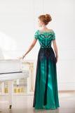 Дама redhead моды молодая милая играя рояль Стоковое фото RF