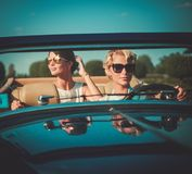 Дамы в классическом автомобиле с откидным верхом Стоковое Изображение