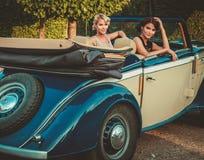 Дамы в классическом автомобиле с откидным верхом Стоковое фото RF