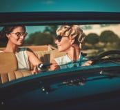 Дамы в классическом автомобиле с откидным верхом Стоковые Изображения