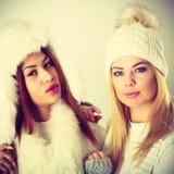 2 дамы в обмундировании белизны зимы Стоковые Фото