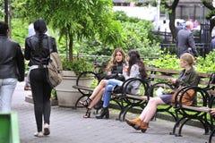 Дамы говоря на стенде в парке Стоковая Фотография RF