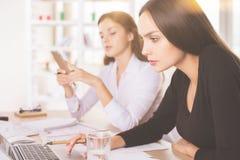 Дамы используя компьтер-книжку и smartphone Стоковая Фотография