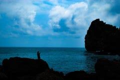 Дамы, кальмар на утесах морем стоковые фотографии rf