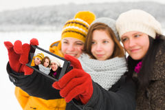Дамы принимая зиму Selfie Стоковое Фото