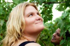 Дамы смотря вверх в винограднике Стоковая Фотография