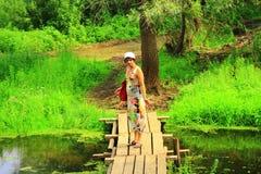 Дамы сюрприза на деревянном footbridge Стоковое Фото