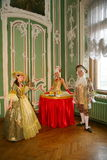Дам-питье, таблица девушки, живущие таблица и актеры и аниматоры в костюмах периода рококо Стоковые Изображения