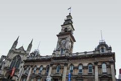 Данидин, Новая Зеландия - 21-ое июня 2016: Ратуша Данидина и собор St Paul на восьмиугольнике в центре города на пасмурном стоковая фотография