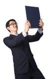 Данные по азиатского бизнесмена читая важные в папке файла, Стоковое Изображение RF