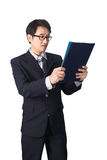 Данные по азиатского бизнесмена читая важные в папке файла, Стоковые Изображения