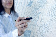 Данные по диаграммы касания ручки женщины стоковые фотографии rf