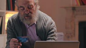 Данные по кредитной карточки пожилого человека печатая в ноутбук для оплаты общего назначения видеоматериал