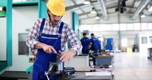 Данные по работника индустрии входя в в машине CNC на фабрике Стоковые Изображения RF