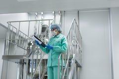 Данные по таблетки медицинского работника исследуя, на лестнице Стоковое фото RF