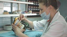 Дантист вручает держать челюсть, делая зубной имплантата стоковое изображение