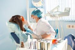 Дантист женщины на работе с пациентом Стоковые Фотографии RF