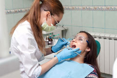 Дантист женщины на работе с пациентом Стоковые Изображения