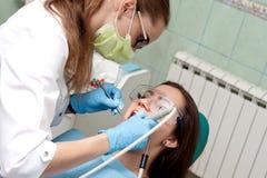 Дантист женщины на работе с пациентом Стоковая Фотография RF