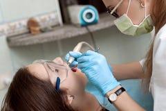 Дантист женщины на работе с пациентом Стоковые Изображения RF