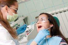 Дантист женщины на работе с пациентом Стоковое Изображение RF