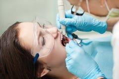 Дантист женщины на работе с пациентом Стоковые Фото