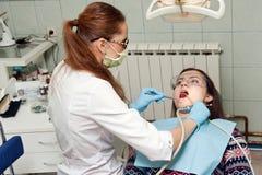 Дантист женщины на работе с пациентом Стоковое Фото