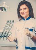 Дантист женщины на хирургии дантиста Стоковое Изображение