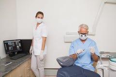 Дантист и ассистент получая готовый для пациента Стоковые Изображения